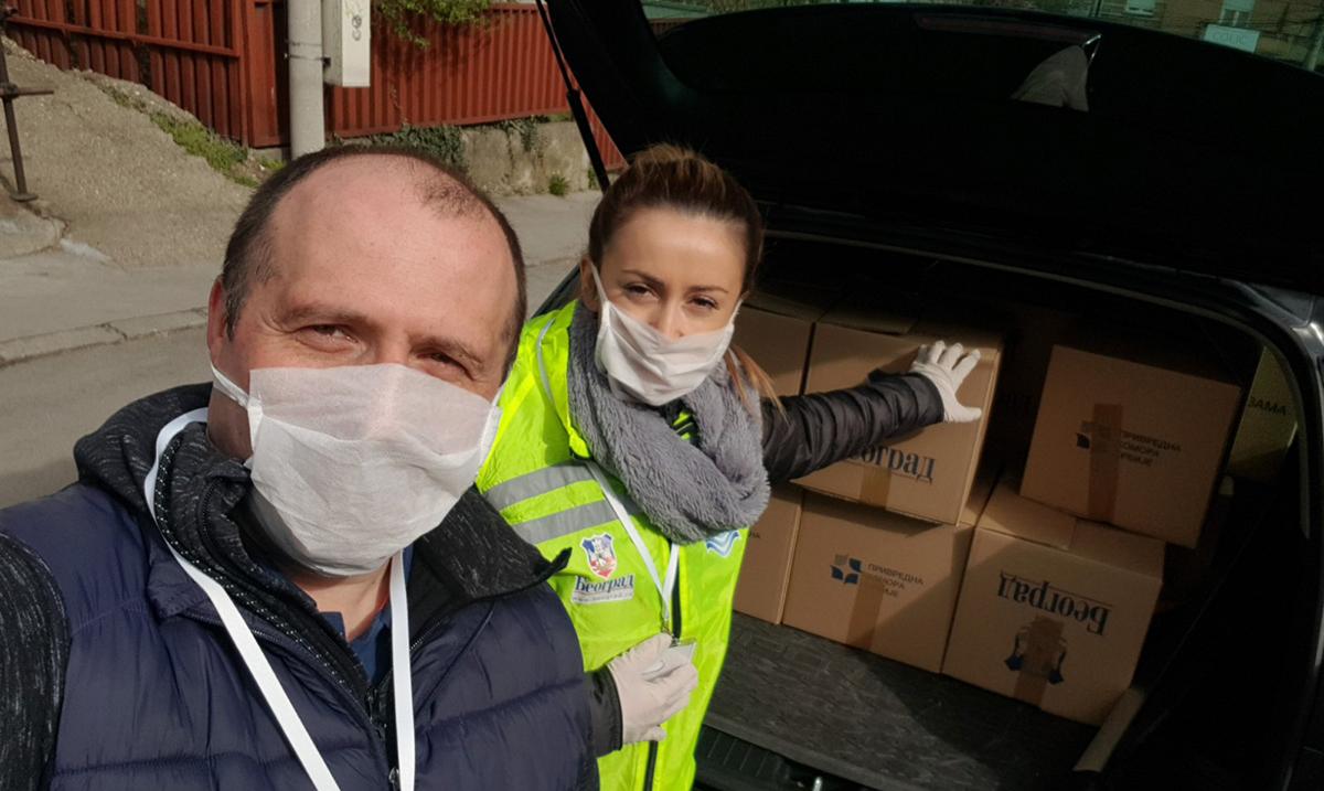 Andrea Arsović delila humanitarne pakete penzionerima