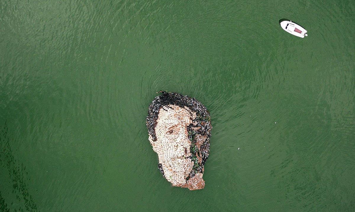 Pijanista napravio portret Jovana Memedovića od odbačenih plastičnih flaša u reci