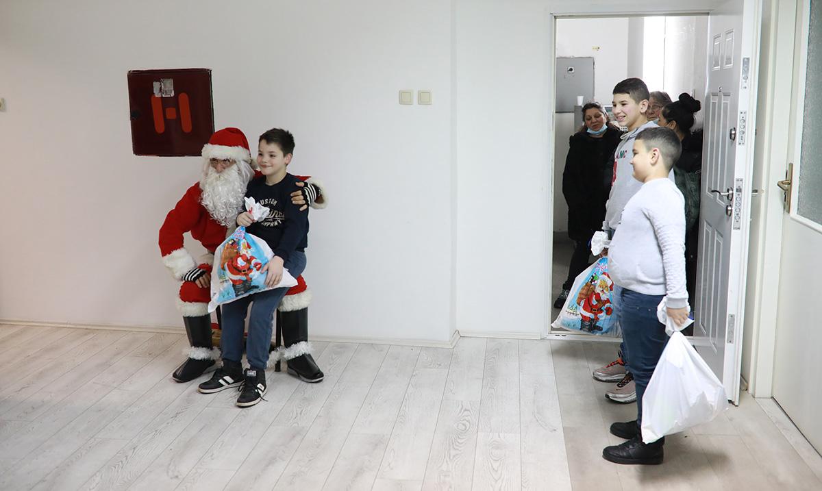 Centar za unapređenje društva podelio paketiće najmlađima
